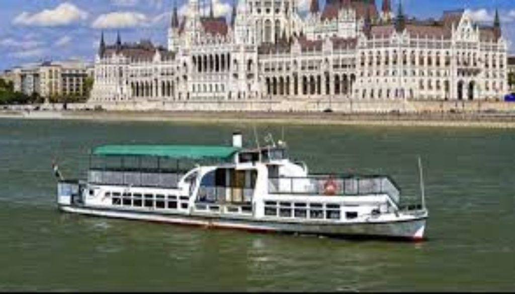Police-in-Hungary-has-launched-a-criminal-investigation-after-a-tourist-boat-sank-on-the-river-Danube..jpg